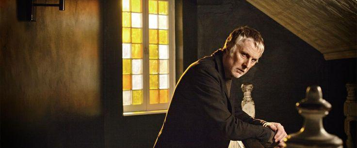 Op 15 februari start de nieuwe KRO Detective What Remains. David Threlfall speelt de rol van DI Len Harper.