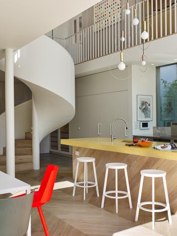 CUCINA IN TECHNICOLOR Colori decisi anche in cucina, tra il top in graniglia gialla del banco isola e la seduta rossa CH04 Houdini di e15 (design Stefan Diez) che stacca dal resto degli arredi.