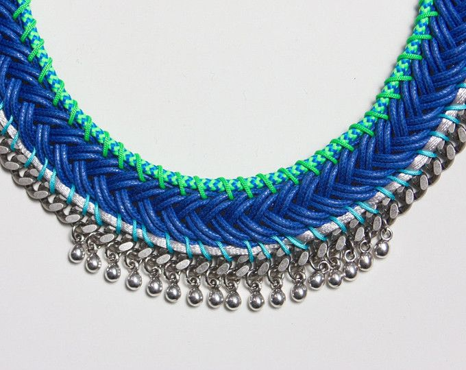 YURUPARI collar trenzado azul decorado con cadenas y abalorios metálicos