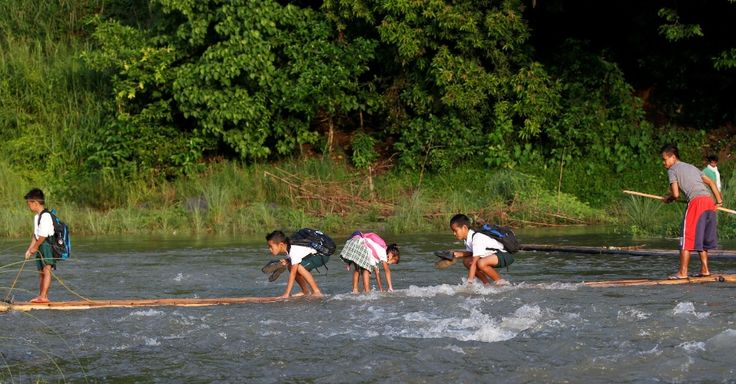 20160613 - Crianças filipinas improvisam uma pequena balsa para cruzar rio e seguir caminho até a escola em Montalban, ao nordeste da capital Manila Imagem: Erik De Castro/Reuters
