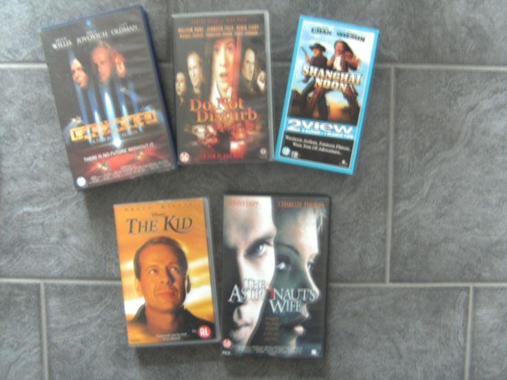 Diverse originele VHS videofilms: - The astronuts's wife - (met o.a. Johnny Depp) - The fifth element - (met o.a. Bruce willis) - Do not disturb -  The kid - (met o.a. Bruce Willis)  Alle films zijn in het Engels en Nederlands ondertiteld. - 1,00 Klein tafellampje in originele doos (alleen geopend voor de foto). NIEUW in verpakking.  - 1,00 € p.st. -