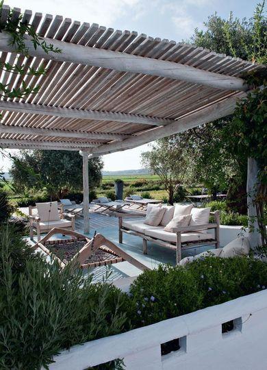 Salon d'été au coeur de la propriété - De cabanes en terrasses coiffées de paille et de bois.