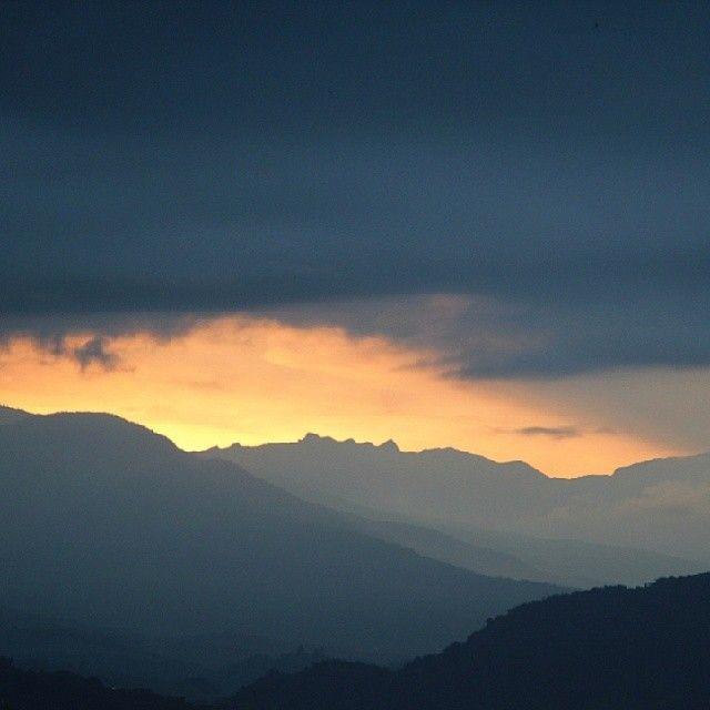 Así aparecieron los primeros rayos de luz sobre este miércoles que se acaba. Amanecer sobre Pereira.