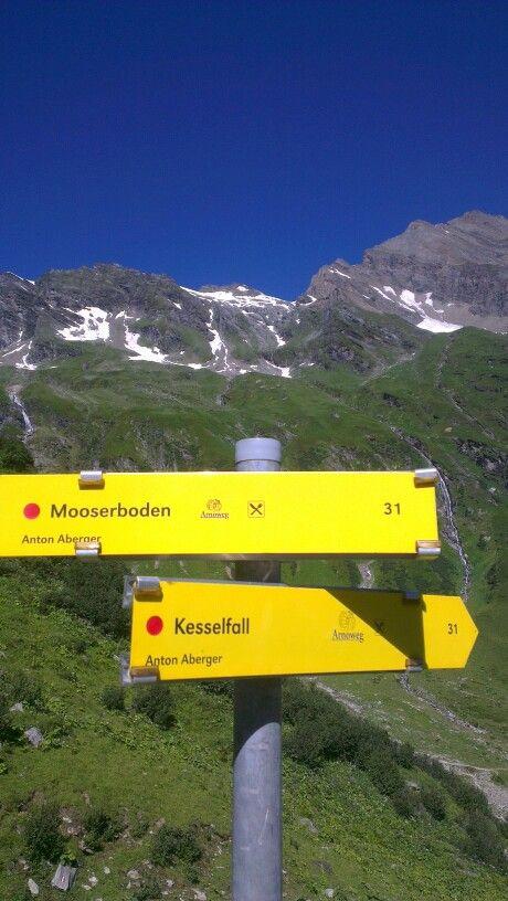 Der er kun de to muligheder - til fods eller med bjergbussen.