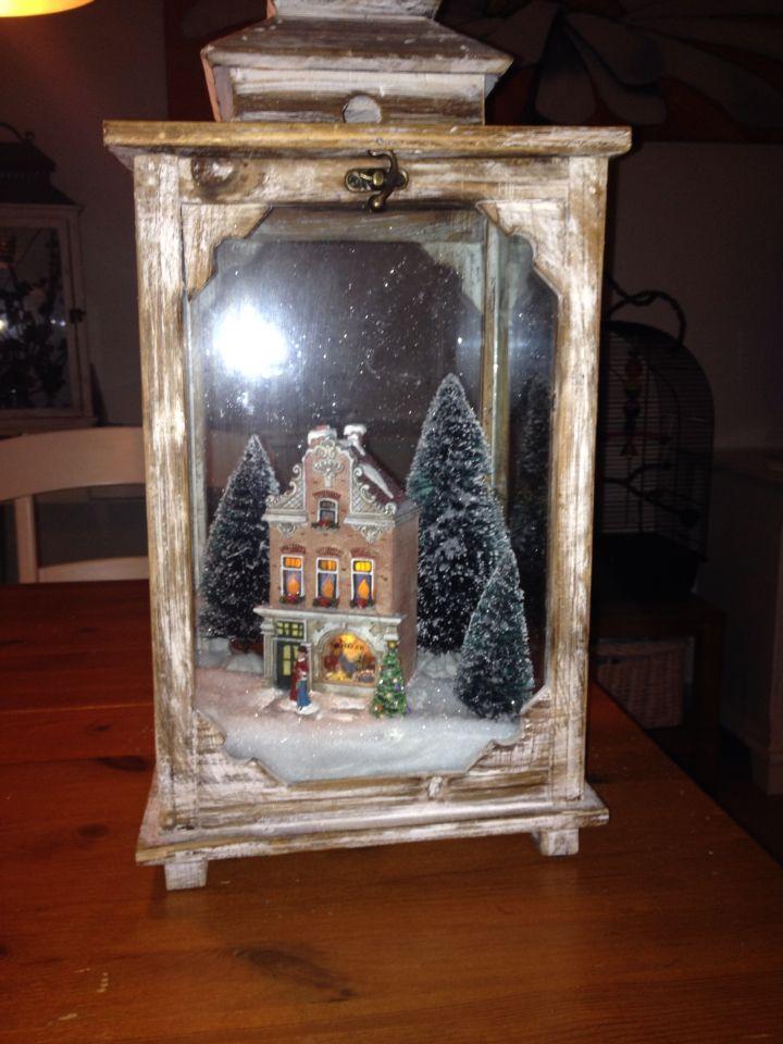 Houten kandelaar met huis boompjes en sneeuw