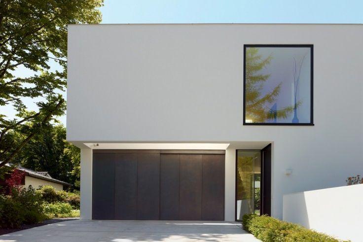 Das Haus besitzt eine beleuchtete Garage | Titus Bernhard Architekten ©Jens Weber, Orla Conolly, München