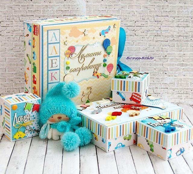 WEBSTA @ scrapsibir - Мамины сокровища для Алексея № 71. Оригинальный набор коробочек для хранения памятных вещей новорожденного и первой фотографии малыша (возможно фотографии встречи из роддома!). В фотосессии принял участие Зая от Ольги Нероденко @olga_nerodenko#маминысокровища#маминыипапинысокровища#маминысокровищамальчик#новорожденный#подарокноворожденному#подарокмамеималышу