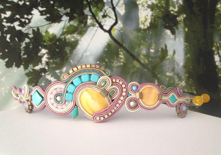 MonikaS pulsera de soutache con cabujón de cristal ópalo amarillo, cristales facetados checos, cadena de strass, madreperla amarilla y turquesa, tilas de cristal y metálicas de miyuki.