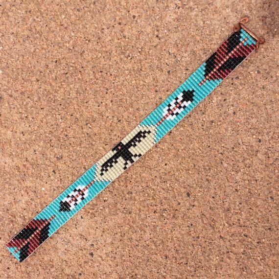 Esta pulsera de telar de Thunderbird con grano de flechas fue inspirada por todos los hermosos nativos y latinos americanos patrones que veo a mi alrededor en Albuquerque, Nuevo México. Como con todas mis piezas, he creado en un telar de grano con gran cuidado y atención al detalle. Nota importante: Esta pulsera mide aproximadamente 7 de largo. Por favor medir su muñeca antes de colocación de la orden, para asegurar un ajuste apropiado. Si 7 no es el tamaño correcto para usted, por favor…
