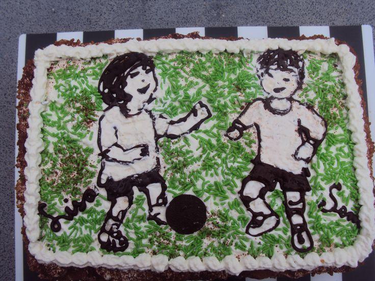 Jo's Jolly Joy taarten; nog een schuimtaart, getekend  met chocolade, en het gras is groene hagelslag