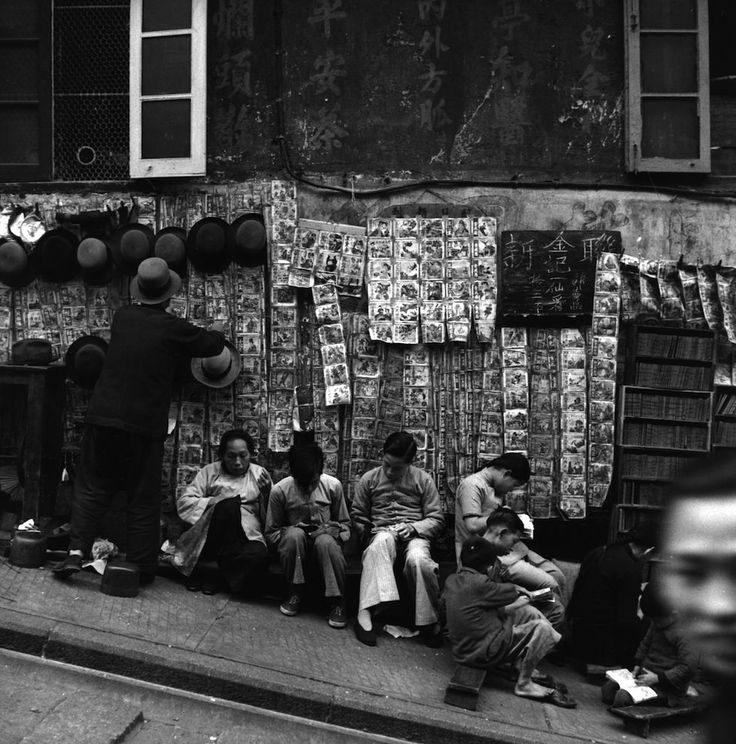 Hong Kong  Biblioteca all'aperto a Hong Kong Una biblioteca all'aperto a Hong Kong, negli anni Trenta: pagando un piccolo prezzo si poteva leggere i libri sulle panchine attorno. (Three Lions/Getty Images)