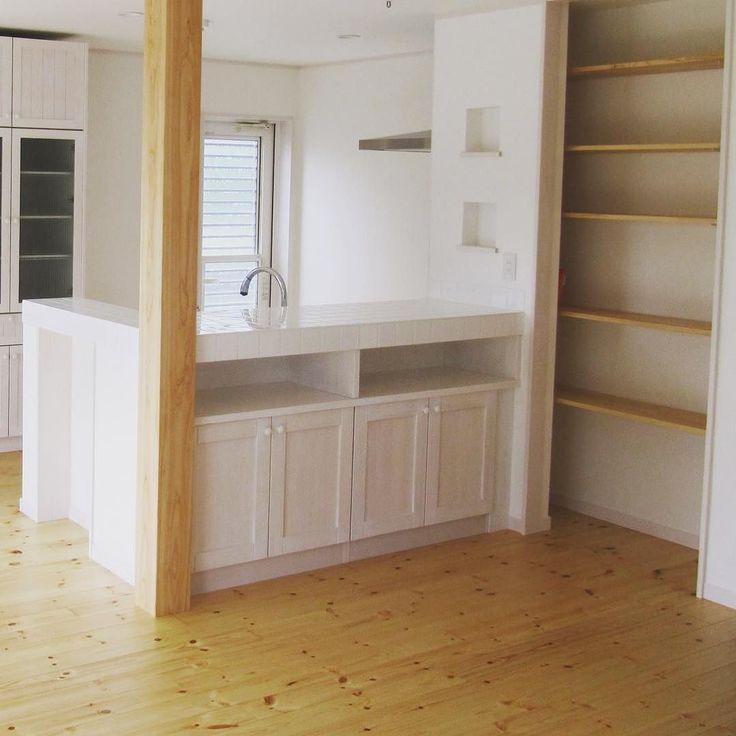 白いタイルのキッチンカウンター パインの扉の収納スペース #キッチン収納  #キッチン  #キッチンカウンター  #収納  #タイル  #パイン  #棚