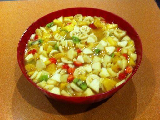 ananas, sirop, banane, pomme, sucre en poudre, mangue, vanille, eau, cannelle, orange, fraise, kiwi