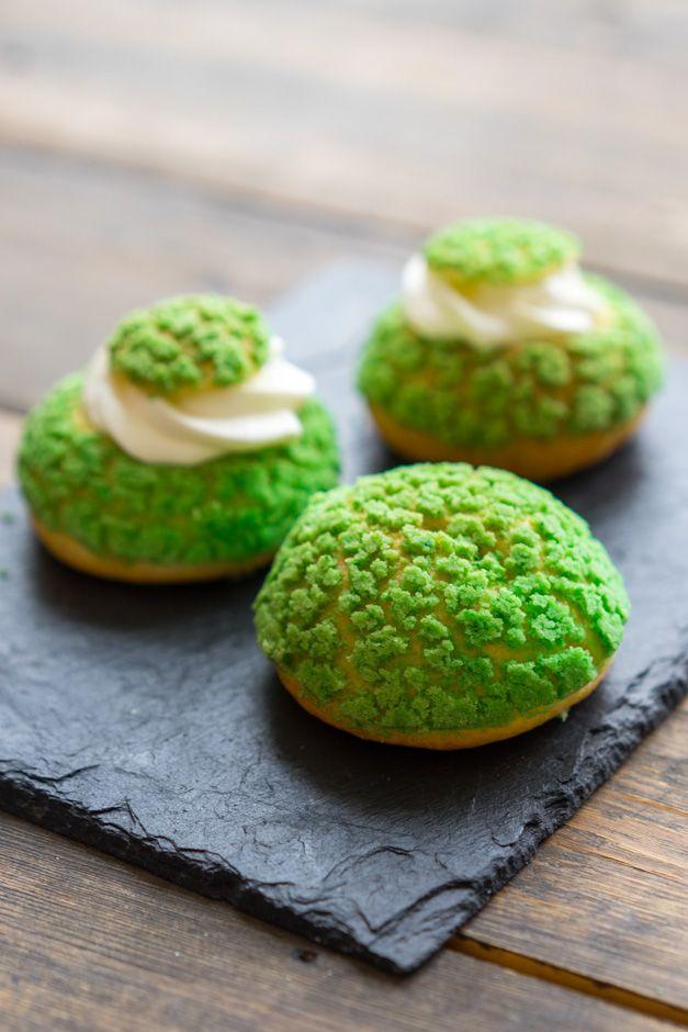 Современные десерты: французские пирожные Шу с тестом craqueline Итак, считайте это началом большого направления в нашем с вами обучении. Вместе мы научимся делать интересные и очень красивые десерты, которым позавидуют многие кофейни и кондитерские. Поскольку это более продвинутый уровень (как относительно процессов приготовления, так и внешне), я хочу, чтоб вы точно выполняли шаги и рекомендации, а...