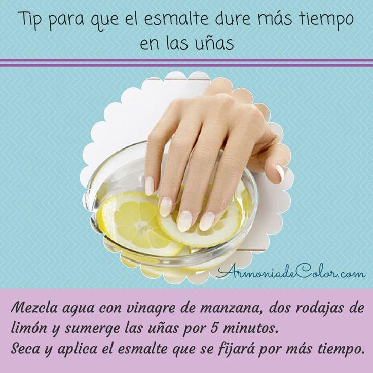 ¡Chicas! Un consejo para que el esmalte no se pele tan rápido.  Antes de pintarse las uñas, ponerlas en remojo con esta receta. El vinagre y el limón limpian las uñas eliminando residuos de grasa, permitiendo que se fije el esmalte por más tiempo.