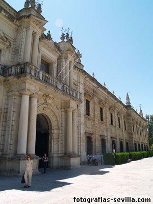 Actualmente es la sede principal de la Universidad de Sevilla. Es un edificio de planta rectangular, rodeado de foso, construido en el siglo XVIII para albergar la Real Fábrica de Tabacos.