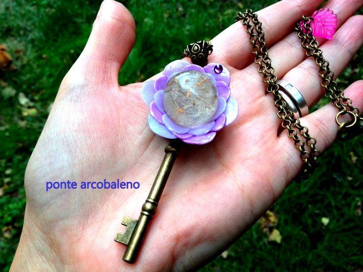 Collana chiave bronzo con fiore in paste polimeriche/ centrale in resina con veri semi di dente di leone/ gioiello/ stile vintage/ per lei di PonteArcobaleno su Etsy