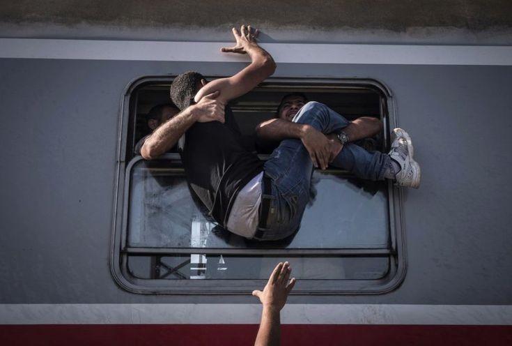 Sergey Ponomarev, Russia, 2015, for The New York Times, Reporting Europe's Refugee Crisis    Uchodźcy walczący o miejsce w pociągu jadącym do chorwackiego Zagrzebia. Wykonane w węgierskim Tovarniku zdjęcie zdobyło 1. Nagrodę w kategorii General News - seria.