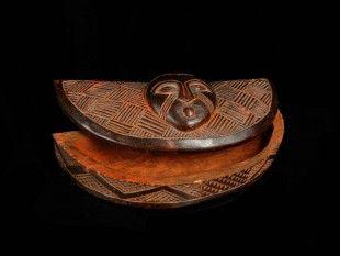 114 Rotholzpulver-Deckeldose (TRIBAL ART) Kuba, DR Kongo Holz. H 5,5 cm. B 21 cm.   Provenienz: Nachlass Kurt Hösli-Brutschin (1928-2006), Basel.