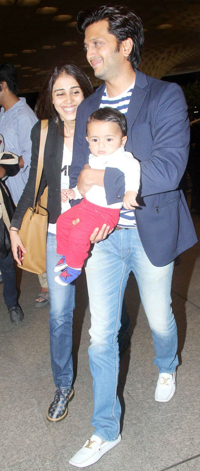 Riteish Deshmukh and wife Genelia D'Souza Deshmukh with son Riaan at the Mumbai airport enroute to #IIFA Awards in Malaysia. #Bollywood #Fashion #Style #Beauty #Handsome #Cute