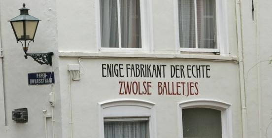 Zwolse Balletjeshuis Een echt Zwolse winkel in een historisch pand uit 1845 wat al die jaren geen veranderingen is ondergaan. Sinds 1845 worden er op ambachtelijke wijze snoepjes gemaakt in de kelder onder de winkel. Het Zwols Balletjeshuis vindt u aan het Grote Kerkplein 13 in #Zwolle