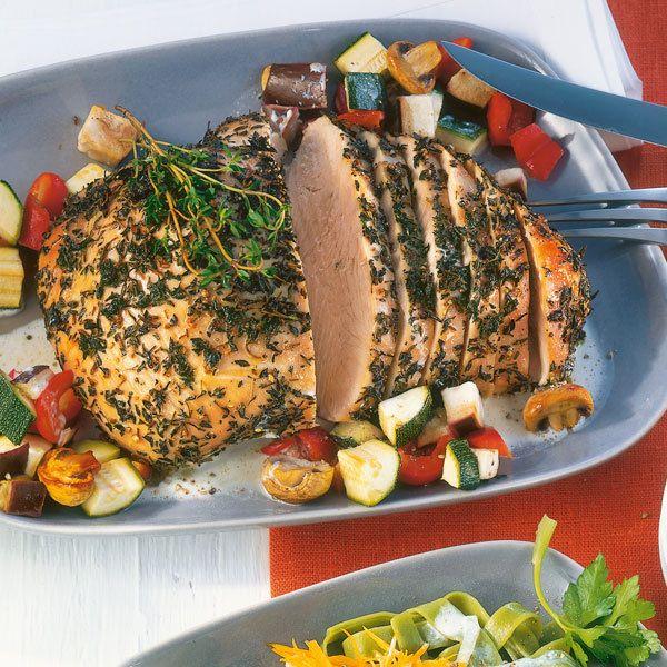Die Putenbrust im Ganzen von Gemüse und Champignons umgeben im Ofen gegart - ein zarter Braten, der in keinster Weise schwer im Magen liegt!