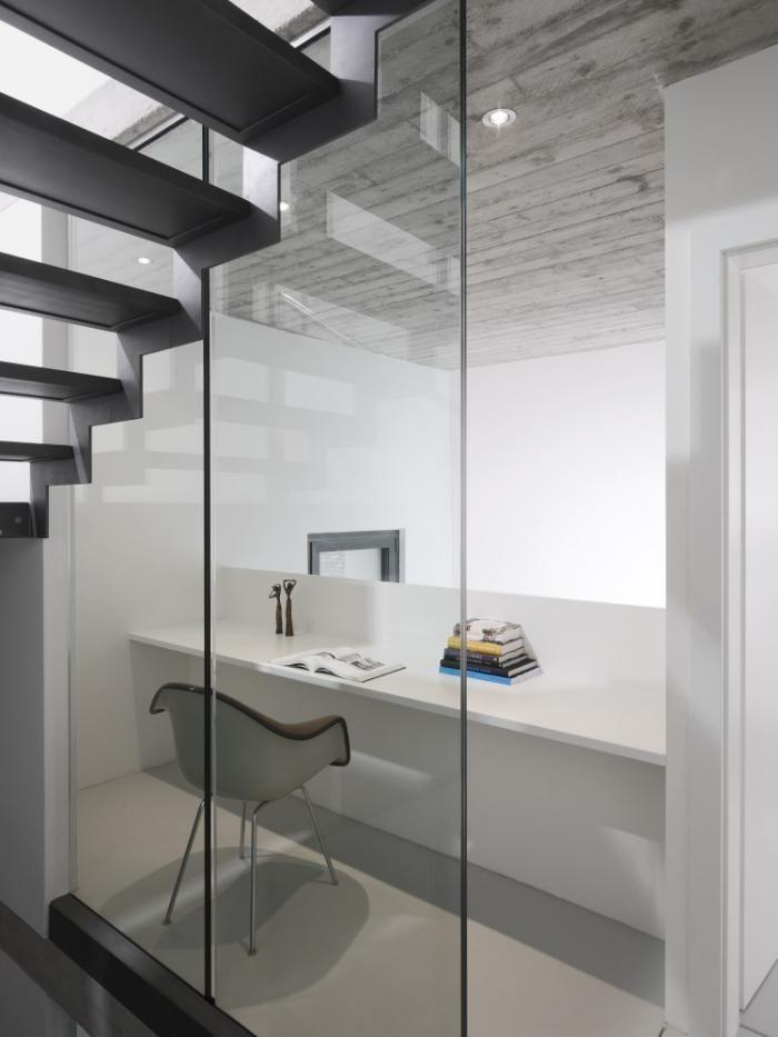 Bureau moderne dans une villa designé par un architecte.