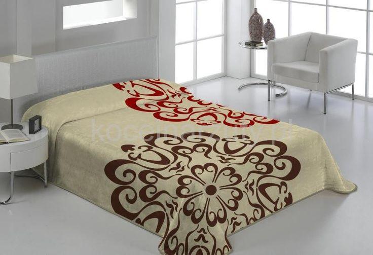 Beżowy koc do sypialni z brązowo czerwonym ornamentem
