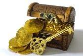 tesoro di monete d'oro e la chiave Archivio Fotografico