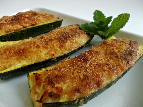 Le zucchine ripiene di tonno sono un secondo piatto saporito e diverso dal solito. La preparazione è semplice e la cottura viene fatta in forno.