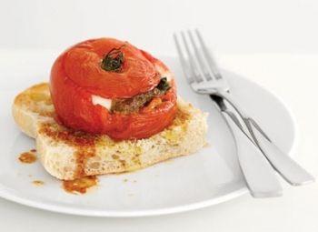Roşii umplute O reţetă la îndemâna copiilor, pe urmele lui Jamie Oliver  Pentru familie, Rețete de aperitive, Reţete cu pesto, Reţete cu ardei, Vegetariana, Rețete Copiii în bucătărie, Reţete cu roşii, Reţete cu busuioc, Cina, Italiana, Rețete simple, Reţete cu mozzarella, Rețete ușoare și sănătoase, Rețete italiene
