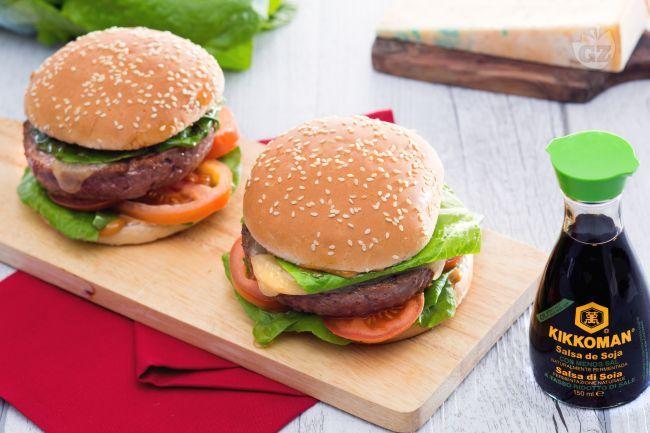 Burger di manzo con maionese di soia: da gustare come street food o come piatto unico in versione fusion ricco di gusto e originalità!