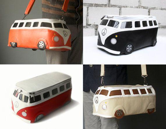 Este bolso de cuero se hace a mano en forma de un famoso autobús Volkswagen T1.  Más en la sección de objetos icónicos/planear: http://etsy.me/1ZVHVAX Sección de listo-a-nave y venta: http://etsy.me/1QRMd6y Visite nuestra tienda: https://www.etsy.com/shop/krukrustudio  CARACTERÍSTICAS -Disponible en dos tamaños (las imágenes muestran un tamaño más pequeño) -Hecho de cuero turquesa y blanco -Cierre de cremallera -Correa de hombro de dos c...