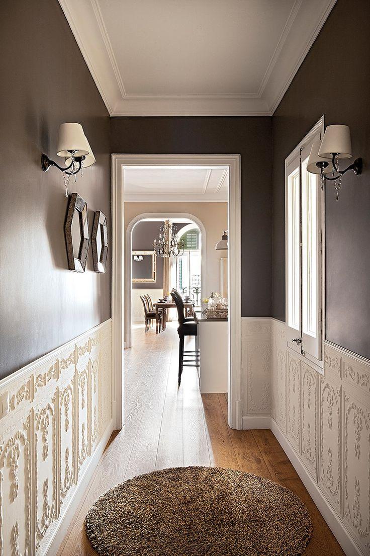 Pasillo con zócalo alto en blanco y gris antracita. Reforma de un piso clásico con toques modernos