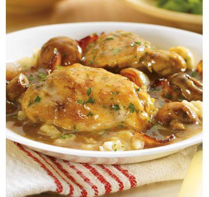 Hauts de cuisse de poulet mijotés dans une sauce aux champignons et herbes