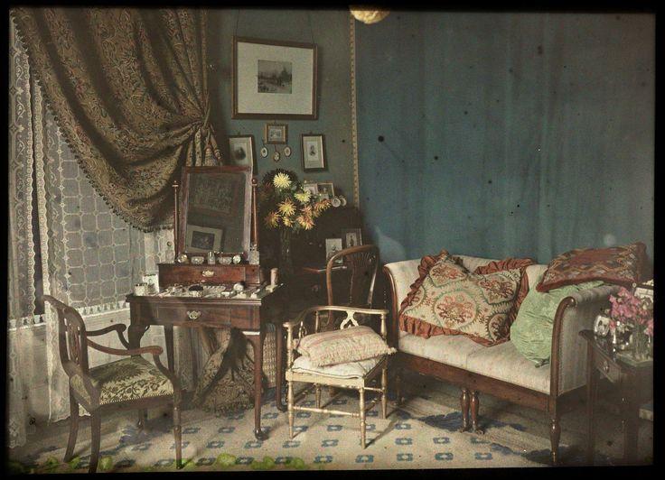 Vrouwenkamer met toilettafel en sofa, anoniem, 1915 - 1925