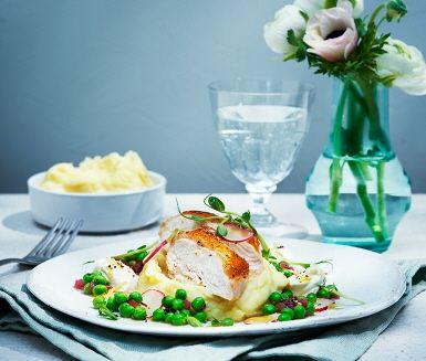 Recept: Kyckling med potatispuré, pepparrot, rädisor och rödlöksvinägrett