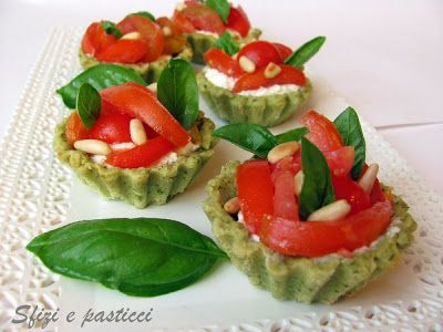 Mini crostatine con pomodori freschi
