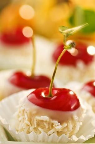 ♥ AMAZING idea! #Cherries dipped in white #chocolate! #Holiday #Christmas www.cherryman.com