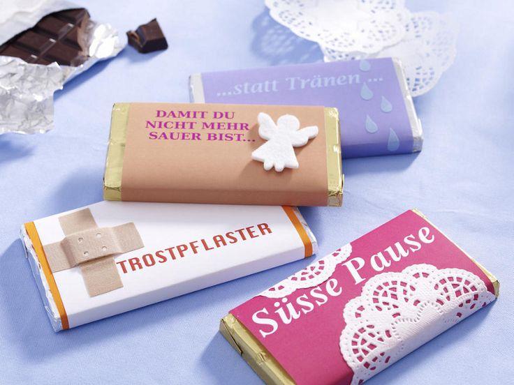 """Geschenkverpackung """"Schokolademanschetten""""  Deko-Tipp zum Selbermachen: Als Trospflaster, gegen Liebeskummer oder einfach zum Genuss: Über die Schokolade für jede Lebenslage freut sich garantiert jeder. Nicht nur kleine Schleckermäuler..."""