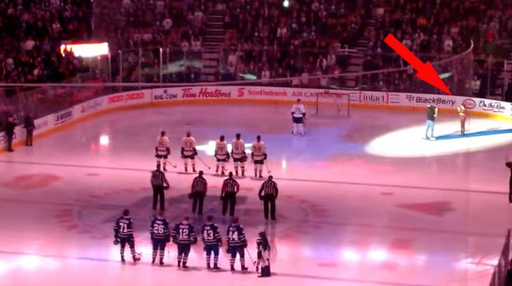 Canadians Helped Americans Finish Their National Anthem After Mic Cuts Out At Hockey Game