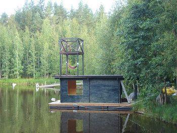フィンランドでは湖の側にサウナ小屋を設置することが多いです。体が熱くなったらそのまま湖に飛び込めるからです。湖の多い国ならではのクールダウン方法ですね。