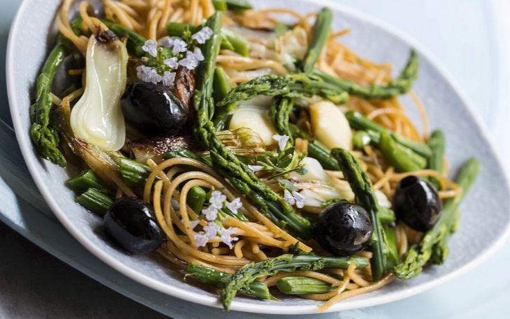 Spaghetti integrali con asparagi selvatici e cipollotti