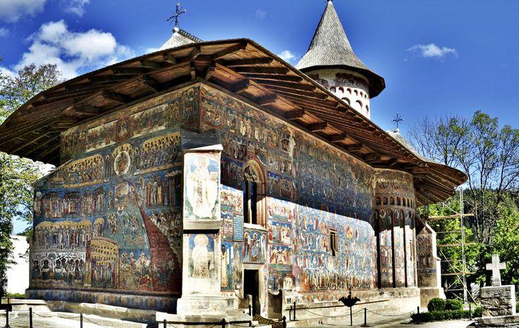"""Supranumită """"Capela Sixtină a Estului"""" pentru fresca """"Judecăţii de Apoi"""" care a fost pictată cu celebrul pigment """"Albastru de Voroneţ"""", în mai bine de jumătate de secol de existenţă biserica Mănăstirii Voroneţ, monument UNESCO, a avut parte de o istorie zbuciumată. Zece lucruri mai puţin ştiute despre Mănăstirea Voroneț:  Biserica Mănăstirii Voroneţ a fost ridicată în anul 1488 în numai 3 luni şi 3 săptămâni, ceea ce constituie un record pentru acea vreme; Pictura interioară a bisericii…"""
