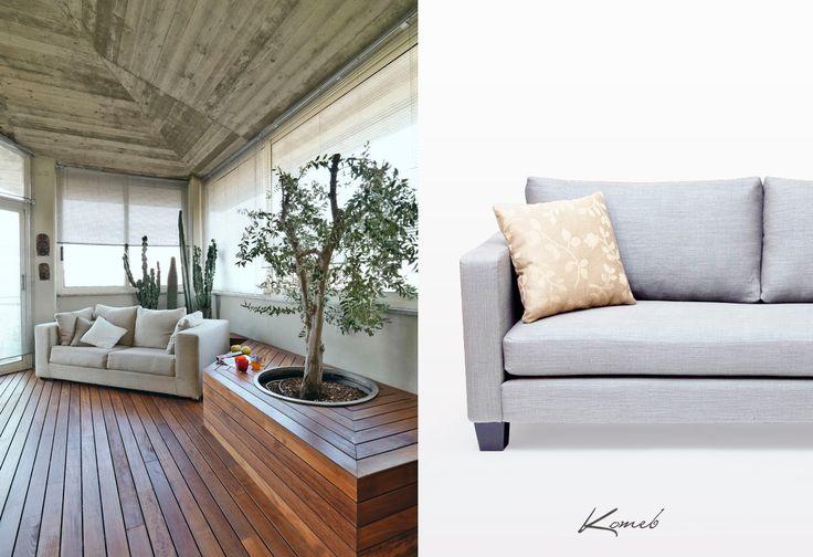 Jednym z ważniejszych trendów tego roku jest powrót do natury co jest widoczne nie tylko w kolorystyce ale i w elementach wykończeniowych. Wystarczy kilka drewnianych dodatków aby Twój salon był modny i stylowy. Drewno emanuje ciepłem, przez co wnętrza stają się bardziej przytulne i klimatyczne. Uzupełnieniem będzie sofa Portland w kolorach szarości.