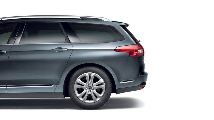 The Citroën C5 Tourer has an electric tailgate that you can open automatically using the key fob. An anti-pinch function stops the tailgate from closing if it detects something in the way.