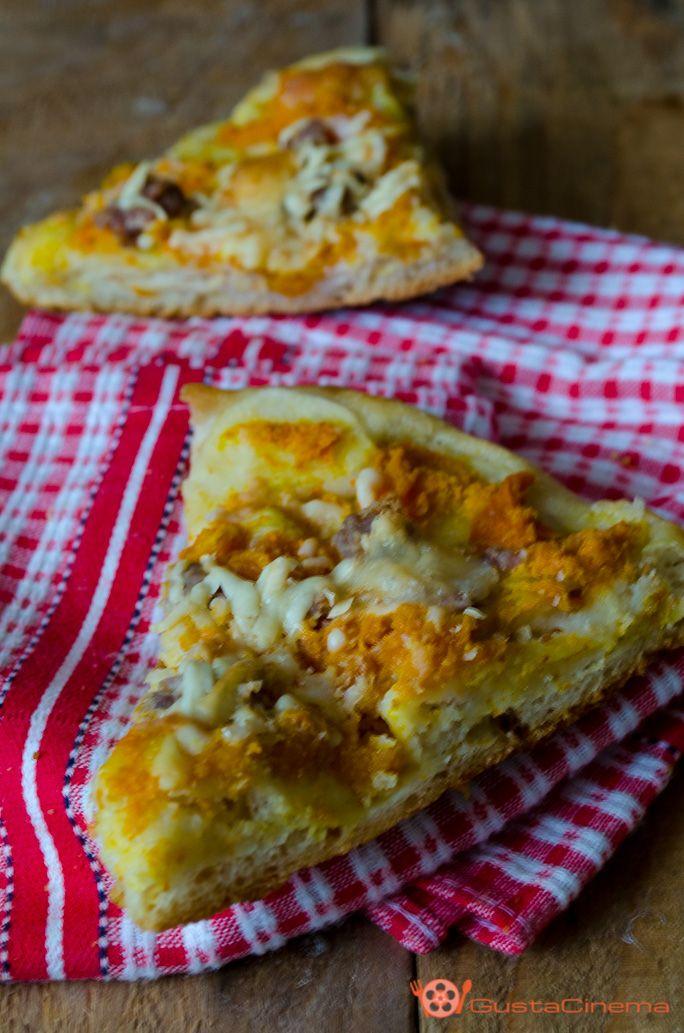 Pumpkin Pizza Recipe - Pizza con zucca salsiccia e provola soffice, gustosa e delicata. Ottima per una merenda o cena saporita. Il suo gusto vi sorprenderà…Provatela!
