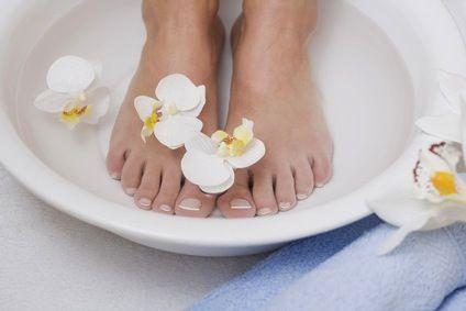 Un demi citron 125 ml de lait 2 c. à soupe d'huile d'olive Remplissez une bassine avec de l'eau chaude, mais non brûlante. Pressez-y le jus de citron. Ajoutez-y aussitôt le lait et l'huile d'olive. Remuez l'eau afin de mélanger les ingrédients. Trempez-y vos pieds pendant 10 à 15 minutes. Séchez bien vos pieds et appliquez votre crème pour les pieds habituelle.
