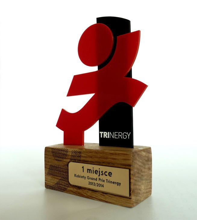 Trofeum dla kobiet Grand Prix Trinergy 2013/2014 wykonane z pleksi w dwóch kolorach – czerwonym i czarnym. oraz impregrowanwgo drewna.