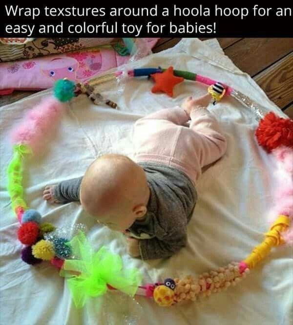 Bij dit spel heb je een hoelahoep nodig waaraan je stofjes op kan plakken, touwtjes, knoopjes,... Zo kan de baby het vastpakken en erover wrijven.